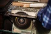 Viejo carpintero trabajando con madera — Foto de Stock