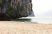 Outrigger canoe on the beach — Stock Photo