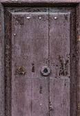 Del av gamla flagnande dörr — Stockfoto
