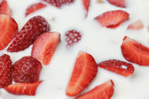 Rebanadas de fresa en leche — Foto de Stock