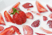 Skivor av jordgubbar i mjölk — Stockfoto