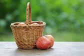 Manzanas gala en una canasta de mimbre — Foto de Stock