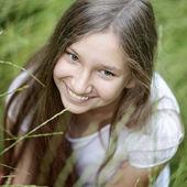 портрет красивая девушка на траве — Стоковое фото