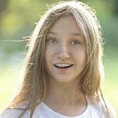 Překvapený teen holka venku — Stock fotografie