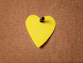 Heart shape sticky note on cork board — Zdjęcie stockowe