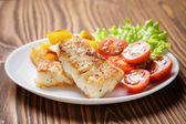Gebratener Kabeljau-Filet mit Gemüse — Stockfoto