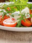 салат с рукколой помидорами и моцареллой baby — Стоковое фото
