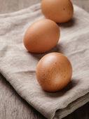 Jaja kurze nakrapiane lub stary stół — Zdjęcie stockowe