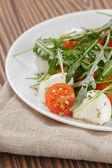 Salad from arugula tomatos and baby mozzarella — 图库照片