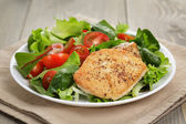 Roasted chicken with mix salad — Стоковое фото