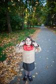 Petite fille en plein air dans les sons de la nature parc audience. dessus de — Photo