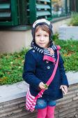 Söta barn girl på gatan — Stockfoto