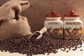 Kaffeebohnen auf Tisch — Stockfoto