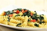 Pasta italiana con spinaci e verdure — Foto Stock