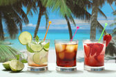 Alcoholic cocktails on the beach — Stock Photo