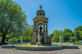 Um monumento e uma fonte para o famoso amsterdammer — Fotografia Stock
