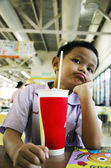 Child drink water in restaurants. — 图库照片