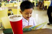Barn läser en bok — Stockfoto