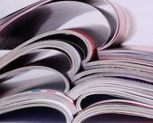 Fundo de closeup de uma pilha de revistas velhas com páginas de dobra — Foto Stock