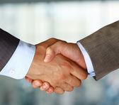 Närbild av en business hand skaka mellan två kollegor — Stockfoto