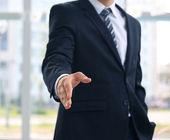 Un homme d'affaires avec une main ouverte prêt à sceller un accord — Photo