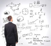 Man kijken naar bedrijfsstrategie op de muur — Stockfoto
