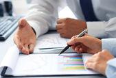 Geschäftspersonen graphen analysieren und notizen — Stockfoto
