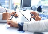 Onherkenbaar bedrijfspersoon analyseren van grafieken en het maken van notities — Stockfoto