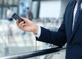 Close up van een zakenman met behulp mobiele slimme telefoon — Stockfoto