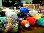 Les rouleaux de fils colorés — Photo