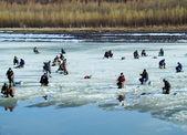 在春天的渔民在冰上捉鱼 — 图库照片