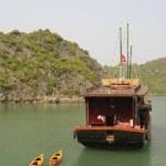 Junk towing colorful kayaks, Halong Bay, Vietnam — Stock Photo #12056760