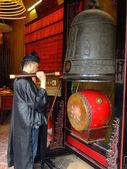 Taoist priest hitting temple bell, A-Ma temple, Macau — Stock Photo