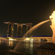 Merlion statue and Marina Bay Sand resort at night, Singapore — Stock Photo