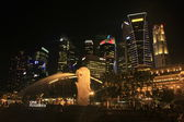 Merlion statue and city skyline at night, Singapore — Stock Photo