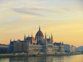Parlament byggnad med floden danbe vid solnedgången, budapest, ungern — Stockfoto