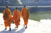 Monks walking into a temple, Angkor Wat, Siem Reap, Cambodia — Stock Photo