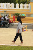 Cambodian woman carrying basket on her head, Phnom Penh, Cambodia — Stock Photo