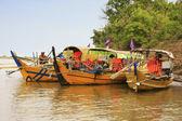 Coloridos barcos no rio mekong, kratie, camboja — Foto Stock