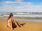 Jonge vrouw zittend op een strand, playa el limon, dominicaanse republ — Stockfoto