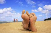 Sandigen füße an einem tropischen strand — Stockfoto