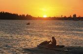 Silueta de waterbike en puesta de sol, boca chica bahía — Foto de Stock
