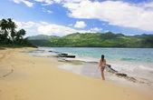 年轻女子穿比基尼走在瑞康海滩,蓬塔卡纳半岛 — 图库照片