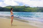 年轻女子比基尼站在瑞康海滩,蓬塔卡纳半岛 — 图库照片