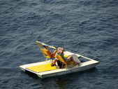 Touristes reposant sur catamaran, simeiz, Crimée — Photo