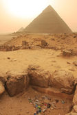 Pile of garbage near Pyramid of Khafre, Cairo — Stock Photo