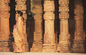 Indian woman standing by columns at Qutub Minar complex, Delhi — Stock Photo