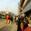 People waiting for bus on street of Delhi — Stock fotografie #33250491
