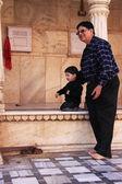 Man with a small boy watching rats at Karni Mata Temple, Deshnok — Stock Photo