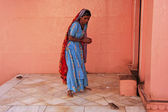 Indian woman offering food for rats, Karni Mata Temple, Deshnok, — Stock Photo